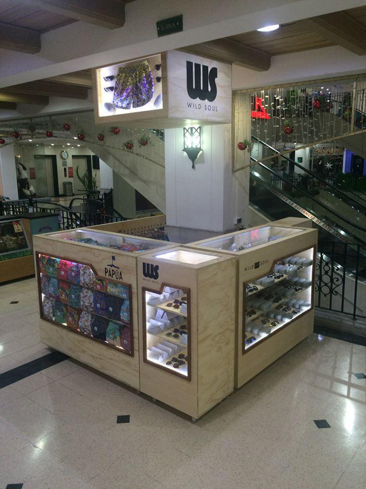 Al centro comerciale in minigonna e autoreggenti nere - 1 part 1