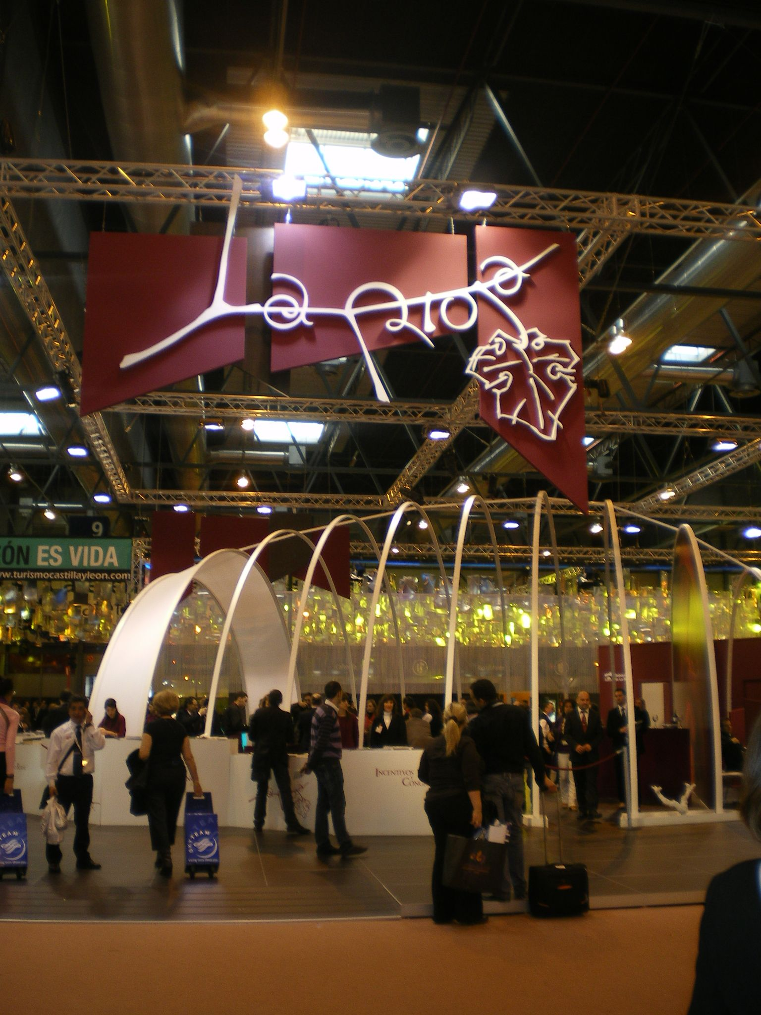 Personal de Fitur para el stand de La Rioja 8